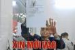 Khách mua quá đông, cửa hàng bán pháo hoa ở Hà Nội quá tải
