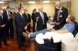 Không đeo khẩu trang thăm cơ sở y tế, Phó Tổng thống Mỹ bị chỉ trích