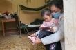 Cháu bé nhỏ tuổi nhất trong khu cách ly phòng dịch corona tại Lạng Sơn