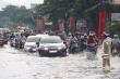 CSGT Cần Thơ bì bõm giữa dòng nước điều tiết giao thông sau cơn mưa lớn