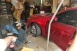 Khoảnh khắc ô tô lao thẳng vào quán cà phê, nhiều người tháo chạy