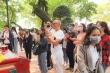 Ảnh: Bất chấp dịch bệnh, dân không đeo khẩu trang chen chúc lễ Phủ Tây Hồ
