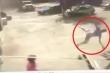 Clip: Lốc xoáy khủng khiếp cuốn người bay lên trời
