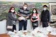 Người Việt tặng khẩu trang, phát đồ ăn giúp người dân Séc chống Covid-19