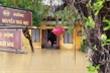 Ảnh: Phố cổ Hội An chìm trong nước lũ, người dân chèo thuyền vượt đường ngập lụt