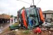 Lật xe khách, dân dùng xà beng đập kính cứu hành khách