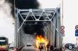 Hà Nội: Xe Range Rover bốc cháy trơ khung trên cầu Chương Dương