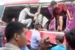 Video: Tàu hỏa đâm vào xe chở học sinh ở Hà Nội