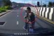 Clip: Bóp còi cảnh báo, xe cứu thương bị 2 côn đồ trả thù bằng vũ khí nóng