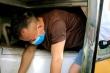Ba người trùm chăn, chui hầm xe khách qua cửa khẩu để trốn cách ly y tế