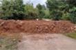 Đổ đất, cẩu bê tông chặn đường kiểm soát người ra vào thôn để chống Covid-19