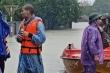 Sư thầy xuống núi lội nước giúp dân vùng lũ Hà Tĩnh