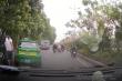 Tài xế xe tải vác dao dọa tài xế taxi sau va chạm