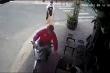 Video: Tên cướp giật điện thoại nhanh như chớp ở quán cà phê tại TP.HCM