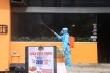 Ảnh: Phun thuốc khử trùng quán pizza ở Hà Nội có ca nghi mắc COVID-19