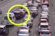 Video: Cảm động bé gái chạy bộ nhắc từng ô tô, mở đường cho xe cứu thương