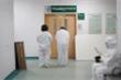 Bố mẹ, người vợ mang thai của bác sỹ cảnh báo virus corona vừa qua đời đều nhiễm bệnh