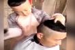 Cậu bé úp bát lên đầu để cắt tóc cho bố