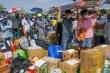 Bi hài cảnh 'cõng' đồ tiếp tế xếp hàng đông như chợ trước khu cách ly