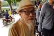 Cụ ông 90 tuổi đội nắng đạp xe mua vé xem trận đấu đặc biệt nhất thế giới