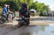 Video: Đường giao thông biến thành đầm lầy, hàng nghìn người dân vật lộn đi qua mỗi ngày