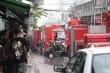 Hàng chục cảnh sát dầm mưa cứu xưởng giày bị cháy ở TP.HCM