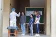 Sinh viên được kiểm tra thân nhiệt, hướng dẫn đeo khẩu trang khi trở lại trường