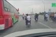 Phản cảm cảnh hàng chục xe máy đi vào đường cấm, chặn ô tô để tiễn bạn nhập ngũ