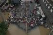 Trung Quốc: Tỉnh Tứ Xuyên ngập trong nước lũ, dân bơi thuyền dọc phố