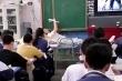 Video: Cô giáo Trung Quốc nằm trên ghế giảng bài
