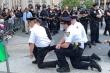 Video: Cảnh sát Mỹ quỳ gối, ôm người biểu tình vì công lý cho George Floyd
