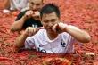 Clip: Ngâm mình trong ớt, ăn ớt cay xé lưỡi giữa nắng nóng đổ lửa ở Trung Quốc
