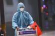 Lo ngại lây nhiễm COVID-19, hành khách mặc bảo hộ kín mít ở sân bay Tân Sơn Nhất