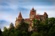 Romania 'dụ' dân tiêm vaccine COVID-19 bằng lâu đài ma cà rồng