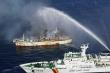 Tàu cá Hàn Quốc chở 13 người Việt bốc cháy
