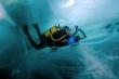 Ảnh: Xâm nhập lòng hồ nước ngọt sâu nhất thế giới
