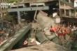 Clip: Kinh hoàng cầu sập đè chết ít nhất 14 người, hàng trăm người mắc kẹt