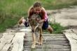 Nữ sinh 10 tuổi cưỡi chó sói đi chơi