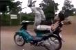 Nam thanh niên nằm ngửa điều khiển xe máy