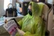 Áo mưa dùng một lần trên máy bay có giúp ngăn ngừa lây nhiễm Covid-19?