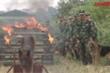 'Cảnh khuyển' nhẹ nhàng vượt vòng lửa, ngoan ngoãn nghe hiệu lệnh bộ đội