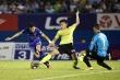 Đội khiêng cáng sân Bình Dương thiếu fair-play, Quang Hải phản ứng dữ dội
