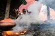Video: Dân làng Vũ Đại tất bật đỏ lửa kho cá bán Tết