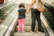 7 điều bố mẹ phải biết khi  cho trẻ đi thang cuốn
