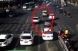 Video: Ô tô bung cốp, em bé rơi khỏi xe giữa ngã 4 tại Trung Quốc