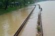Cầu đi bộ lát gỗ lim siêu sang ở Huế bị nước lũ nhấn chìm