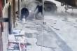 Video: Xe bồn tông thẳng nhà dân, người đàn ông may mắn thoát chết