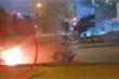 Clip: Ô tô bốc cháy ngùn ngụt giữa phố Hà Nội