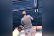 Bị bạn chơi khăm khi đang mải câu cá