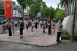 Phụ huynh đứng nhiều giờ trước cổng Trường Việt Úc chờ đối thoại về học phí